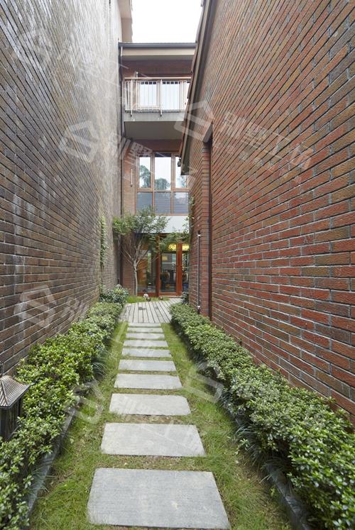 三层中式别墅院内风景一角真实图片